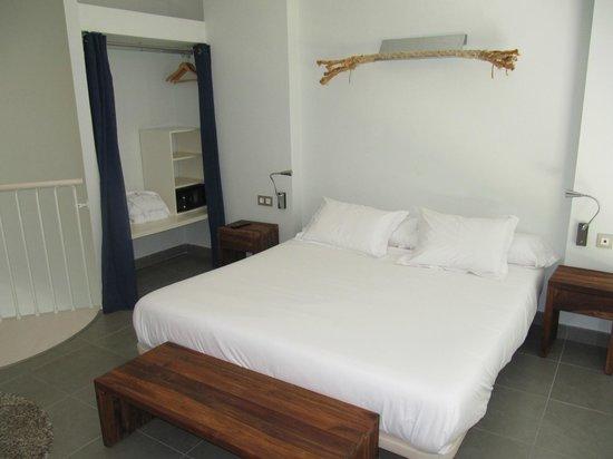 DoubleTree by Hilton Hotel Resort & Spa Reserva del Higueron: dormitorio y armario con cortinas y caja fuerte gratis