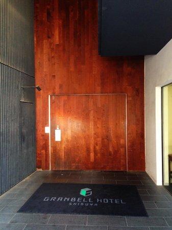 Shibuya Granbell Hotel: 入り口の一枚扉