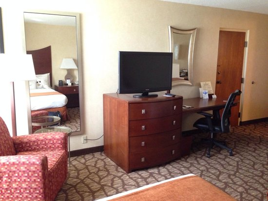 DoubleTree by Hilton Johnson City : TV and desk area.