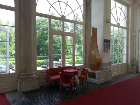 "Austria Trend Hotel Schloss Wilhelminenberg Wien : ""предбанник"" холла отеля с деревянной брусчаткой"