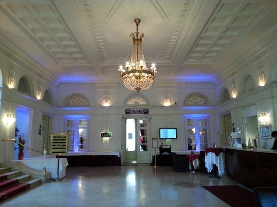 Austria Trend Hotel Schloss Wilhelminenberg Wien : холл отеля и ресепшн