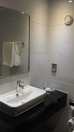 Holiday Inn London - Wembley: Holiday Inn Wembley - Bathroom