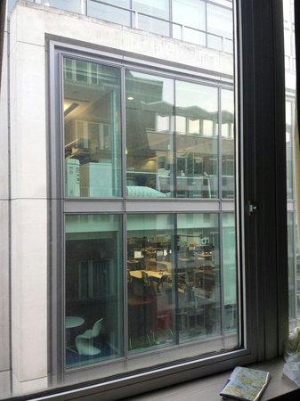 The Z Hotel Victoria: La finestra del palazzo di fronte alla nostra stanza!