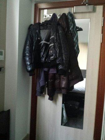 The Z Hotel Victoria: Gli abiti si appendono sulla porta perché non c è armadio