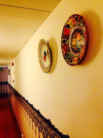 Pousada de Coloane Beach Hotel & Restaurant : Corridor with Portugese art decoration