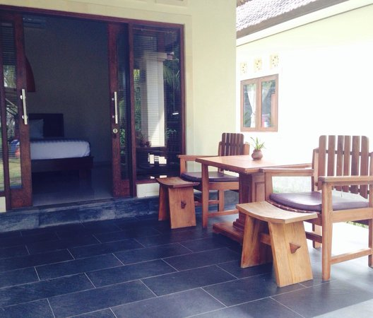 Puri Rinjani Bungalows: Nice terrace in front of my room