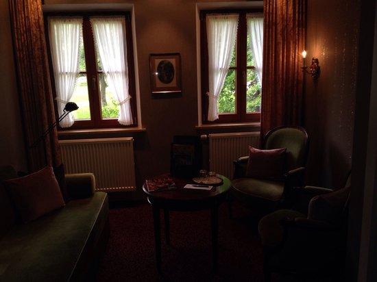 Burghotel : Foto da salinha, entre o quarto e o banheiro.