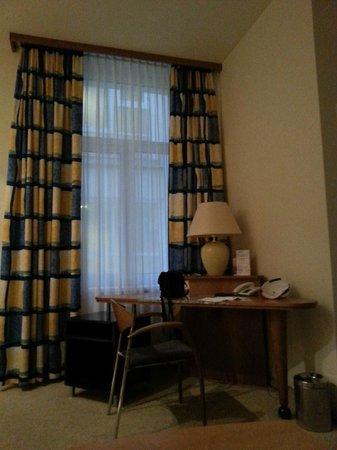 Starlight Suiten Hotel Renngasse: письменный стол