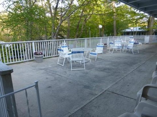 Bar Harbor Motel: Patio out your back door