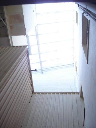 Hostal Boqueria: vue de la chambre donnant dans la cage d'escalier