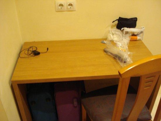 Hostal Boqueria: petit bureau dans la chambre