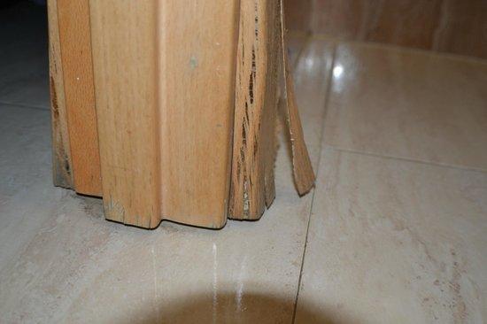 Hostal Boqueria: pas de porte de la salle de bain