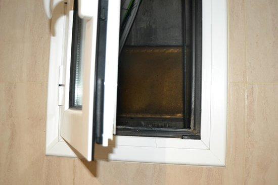 Hostal Boqueria: fenêtre de la salle de bain vue sur les cables électrique et les évacuations d'eau usé