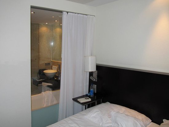 Park Inn by Radisson Berlin Alexanderplatz: Zimmer mit Bad