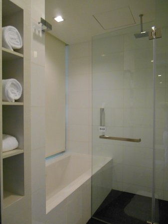 The Quincy Hotel by Far East Hospitality: Shower and bath