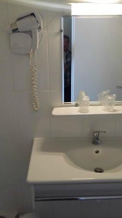 Hotel Cesar: Badezimmer mit Waschbecken und Dusche