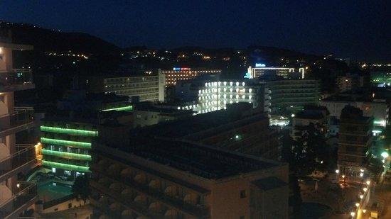 Hotel Oasis Park: vue de nuit chambre 712