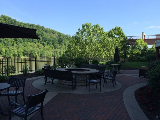 Courtyard Pittsburgh West Homestead/Waterfront: Patio overlooking the river.