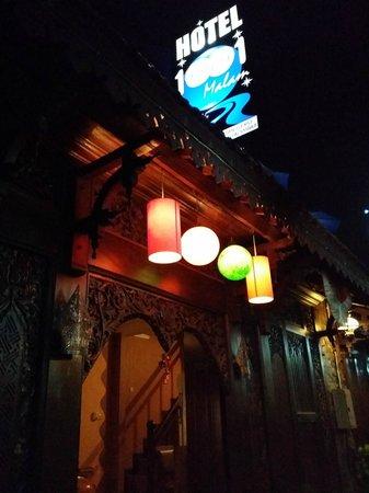 Hotel 1001 Malam : Front door