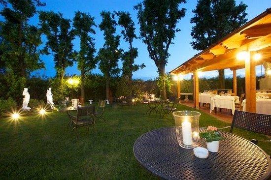 Il giardino con barbecue foto di ristorante la guardia - Il giardino di mezzanotte ...