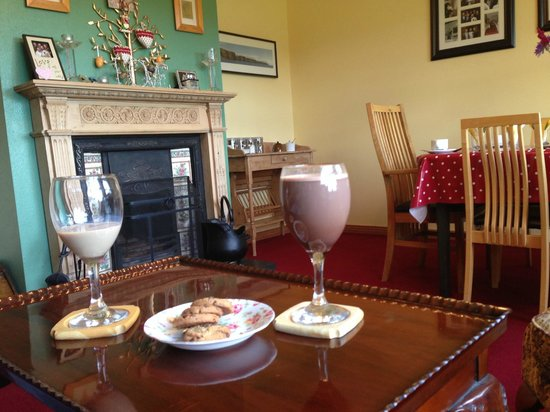 Kate's Place B&B: Welcome drinks in the sitting/breakfast room