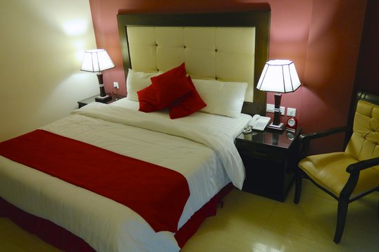 Petra Moon Hotel: Large, clean and comfy bed...