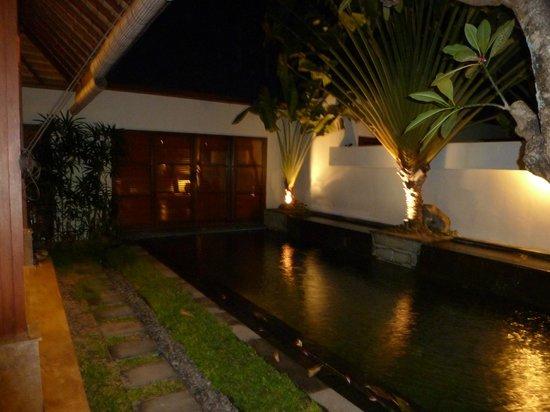 Ellora Villas: Villa at night