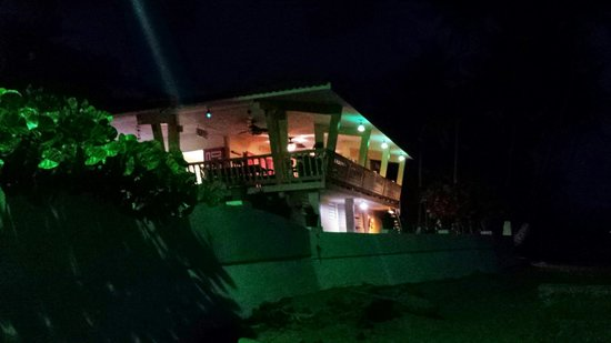 Caribe Playa Beach Hotel: Restaurant en la noche.