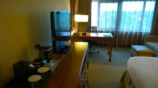 Hilton New York JFK: TV and Desk Area