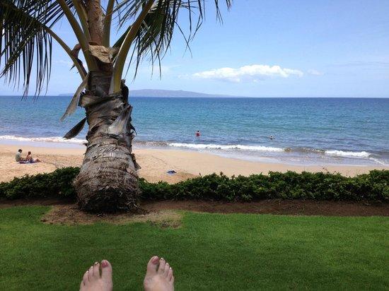 The Hale Pau Hana : View sitting on the hotel lawn chairs