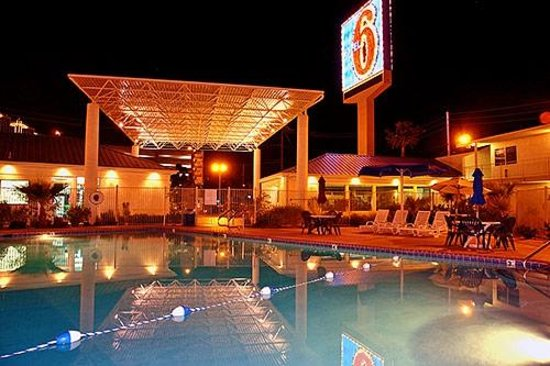 Motel 6 Las Vegas - Tropicana: pool area front desk