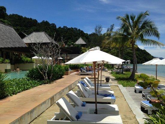 Gaya Island Resort : Plenty of sunstrewn areas to loll about