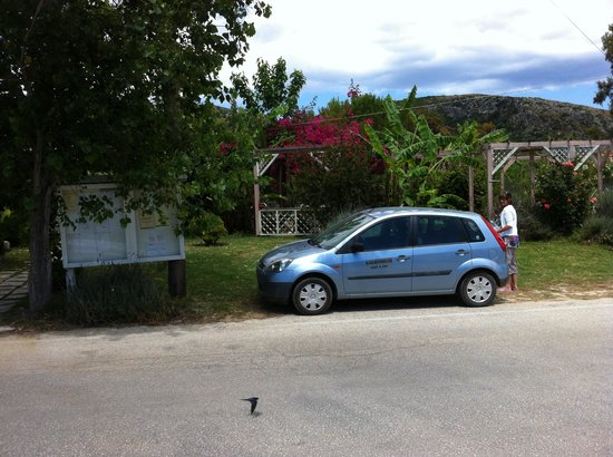 Jerry's Elliniko: Parked right outside the door  - no hassle