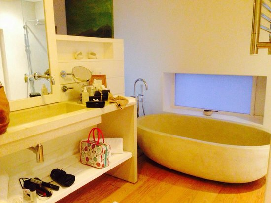 Strandloper Ocean Boutique Hotel: Big bath as well as separate shower