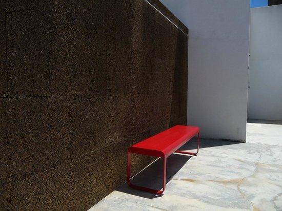 Villa Extramuros : Bank vor Korkwand