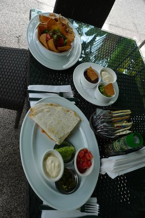 Hotel Playa Espadilla: snack from the bar (nachos and quesadilla)