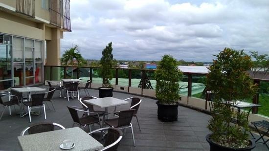 Luwansa Hotel: outdoor restaurant area