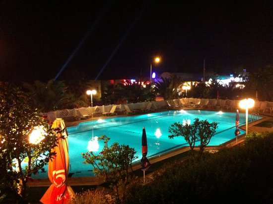 Dolunay Apart Otel: Pool area at night ��