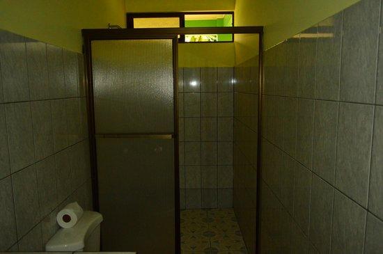 Cabinas Lumbres Del Arenal: bathroom