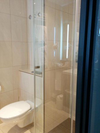 IntercityHotel Bonn : Bathroom sparkling clean & looks renovated