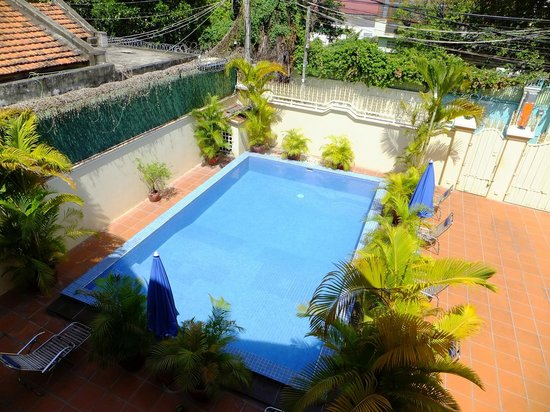 Queen Na Guest House : The pool from the balcony