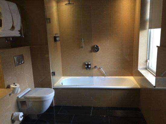 Radisson Blu Edwardian Bloomsbury Street: Bathroom - Shower was no good!