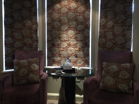 Radisson Blu Edwardian Bloomsbury Street: cute blindes and seating area