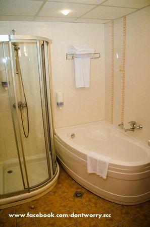Sol Nessebar Palace: bathroom
