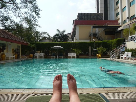 Summit Parkview Hotel: Relaxing by the pool