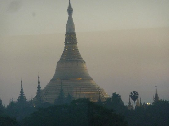 Summit Parkview Hotel: Early morning view of Shwedagon from our room