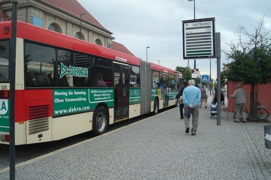Hotel Kaiserin Augusta: ponto de ônibus em frente ao Hotel