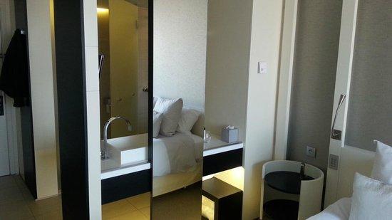 Salle de bain ouverte sur la chambre - Photo de The Hotel ...