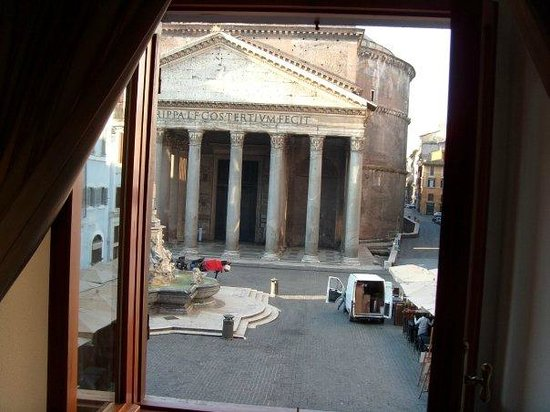 Albergo del Sole Al Pantheon: View of The Pantheon from the room at 6am