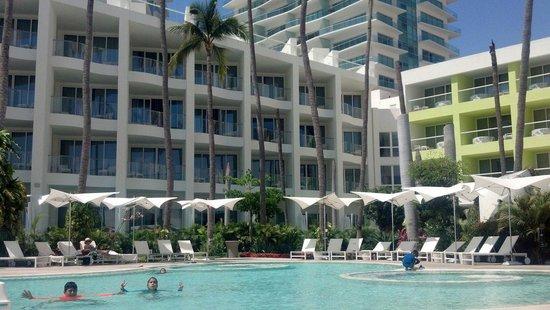 Hilton Puerto Vallarta Resort: Limpieza en alberca. Y además cuenta con los requisitos d seguridad necesarios.